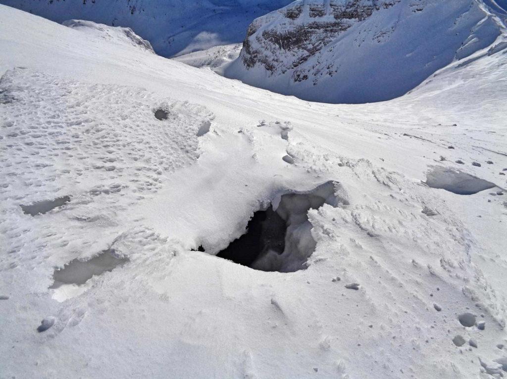 Krzesanica, szczeliny w śniegu