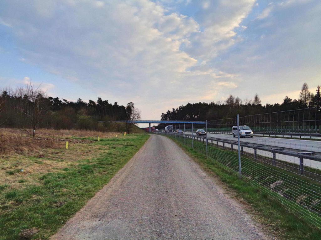 Szlak Dwóch Kopców, okolice kładki nad autostradą