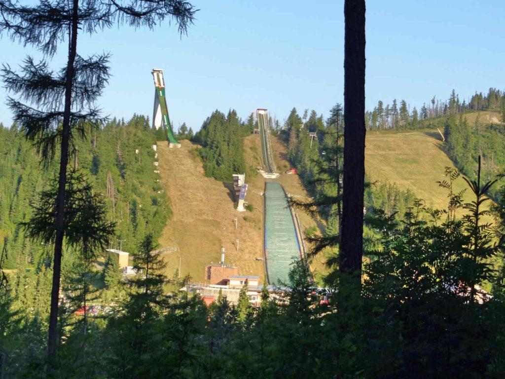 Szczyrbskie Jezioro, skocznie narciarskie