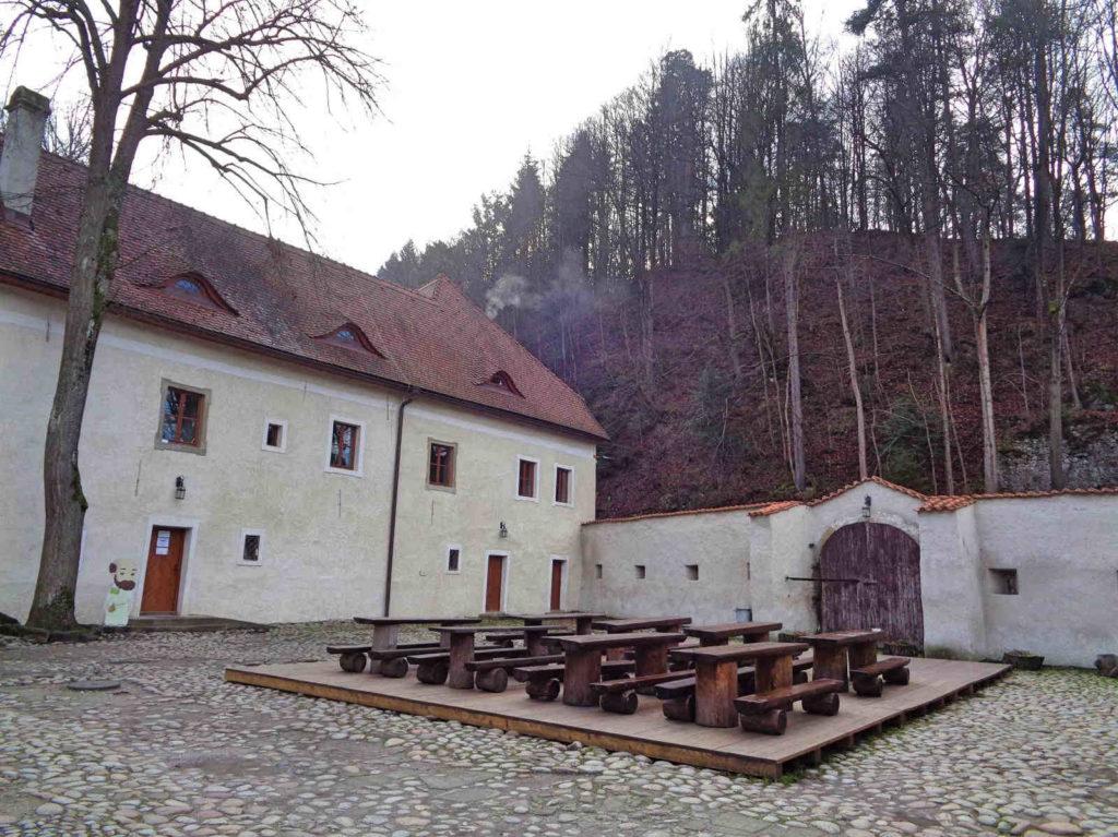 Czerwony Klasztor, plac