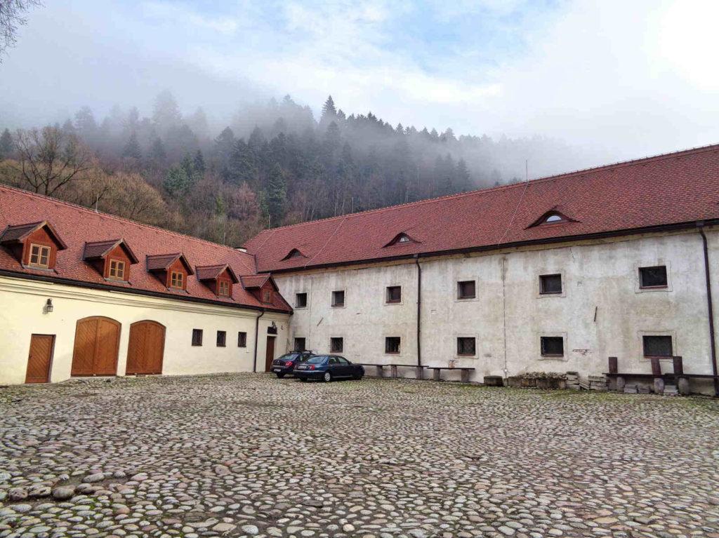 Czerwony Klasztor, dziedziniec