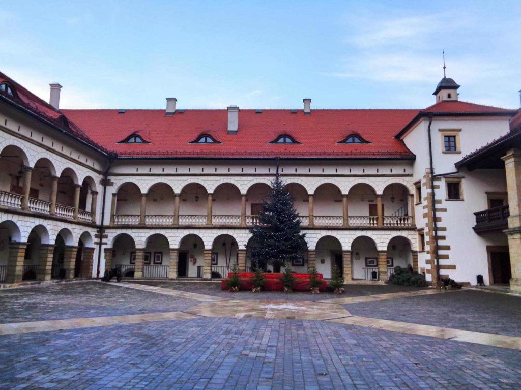 Niepołomice, zamek - dziedziniec