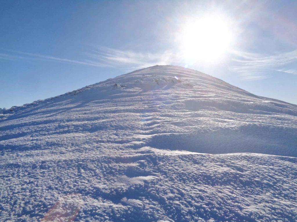 Małołączniak zimą, niebieskim szlakiem