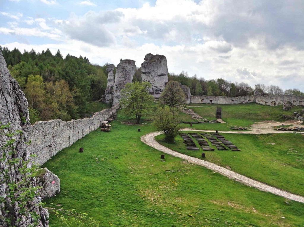 Zamek Ogrodzieniec, dziedziniec