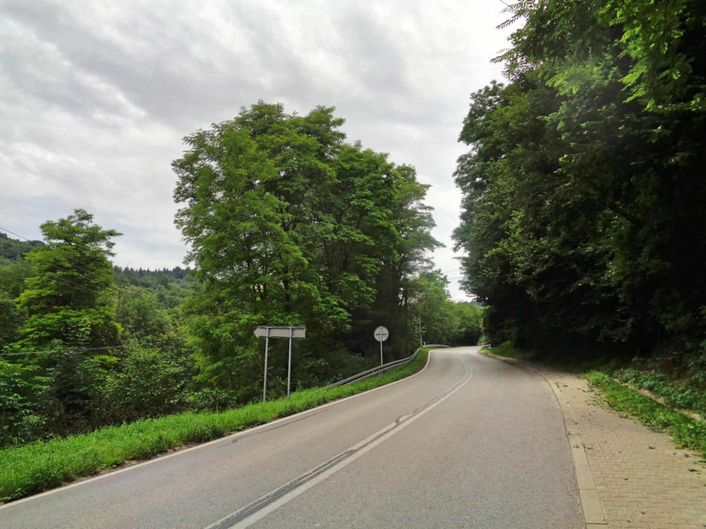 Harbutowice, podjazd na Przełęcz Sanguszki