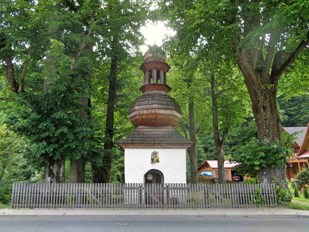 Pojazd na Przełęcz Krowiarki, kapliczka