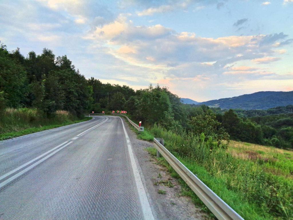 Przełęcz Sanguszki, zjazd do Harbutowic