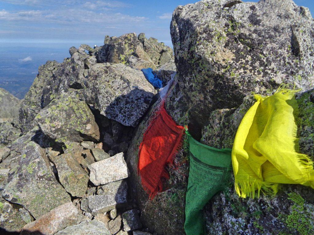 Durny Szczyt, tybetańskie flagi