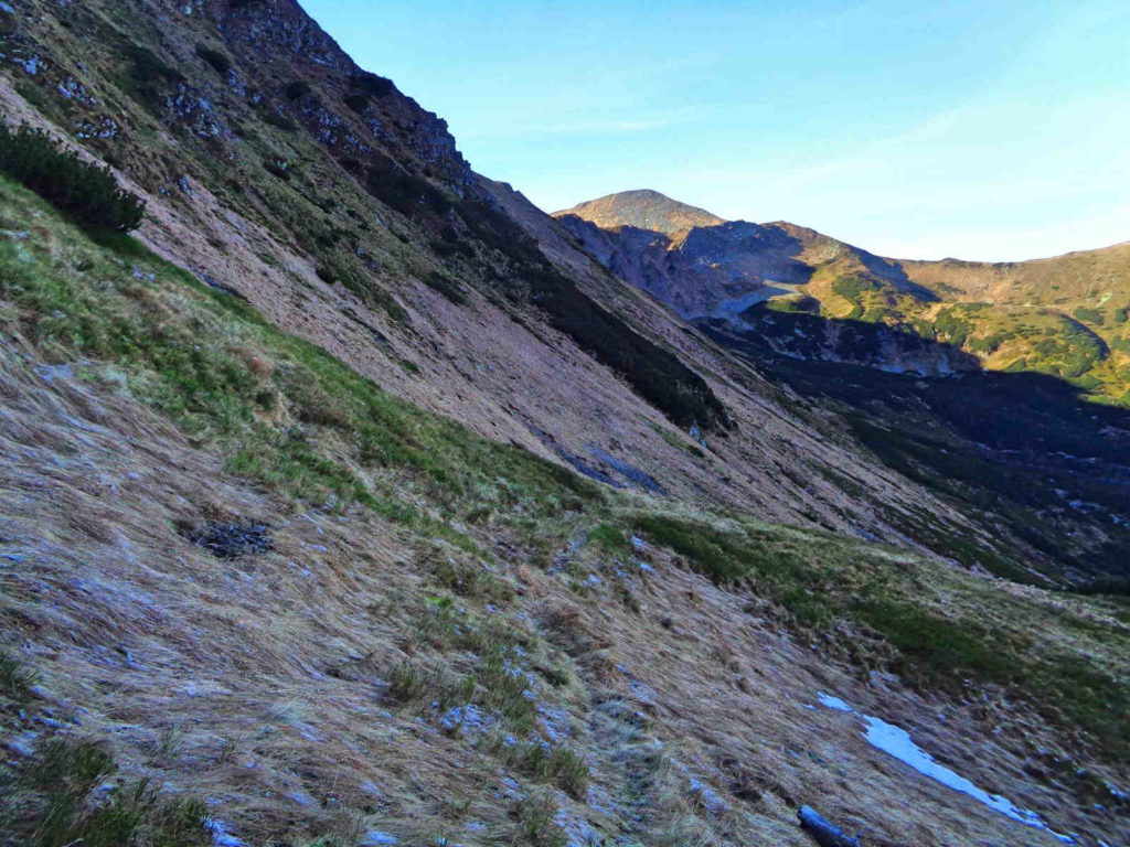 Pyszniańska Przełęcz, zejście