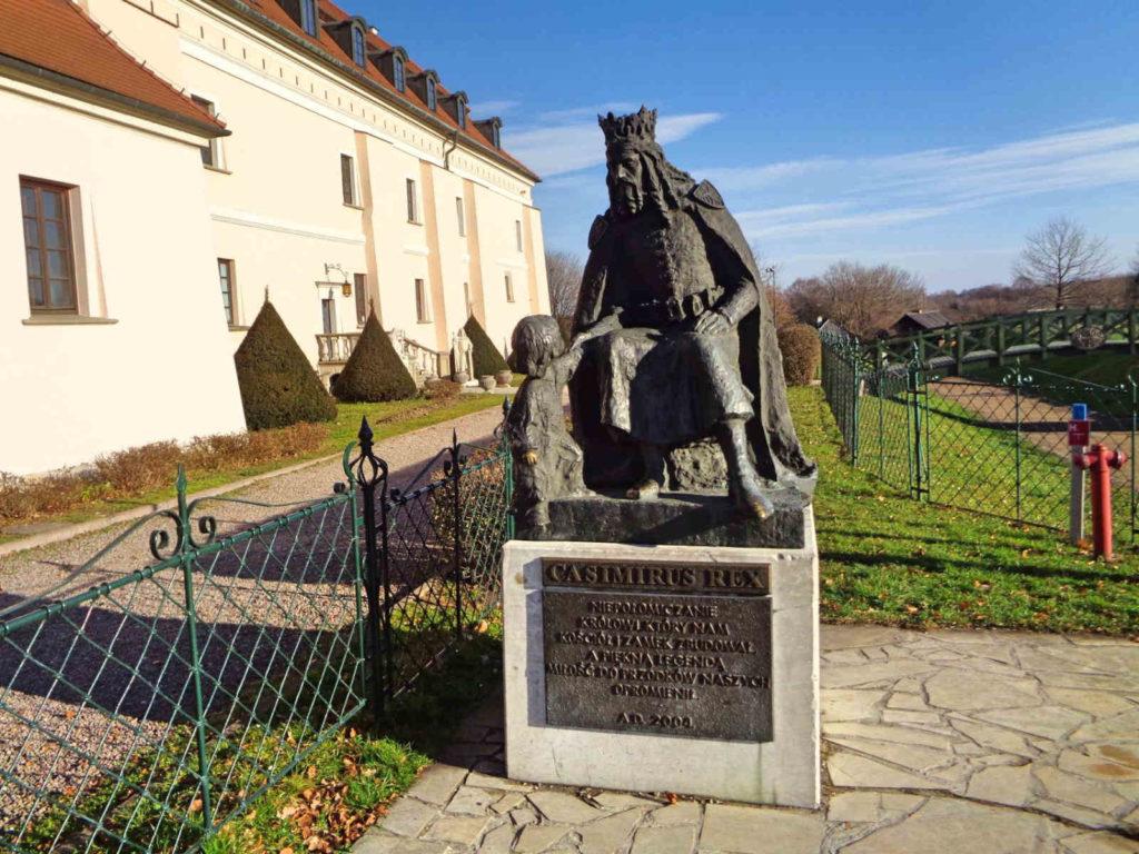 Niepołomice, pomnik Kazimierza Wielkiego