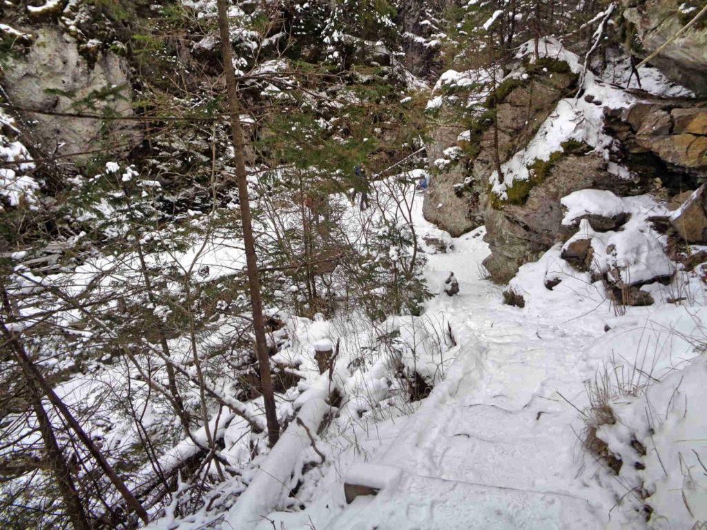 Jaskinia Mylna, zejście do doliny