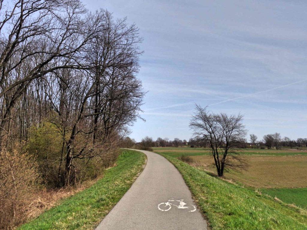 Kraków, ścieżka rowerowa na wałach
