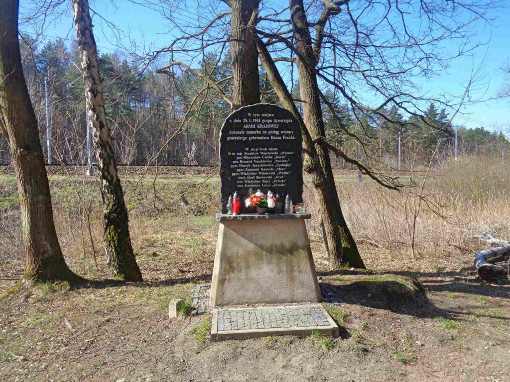 Szlak Żeleńskich, pomnik zamachu na Hansa Franka