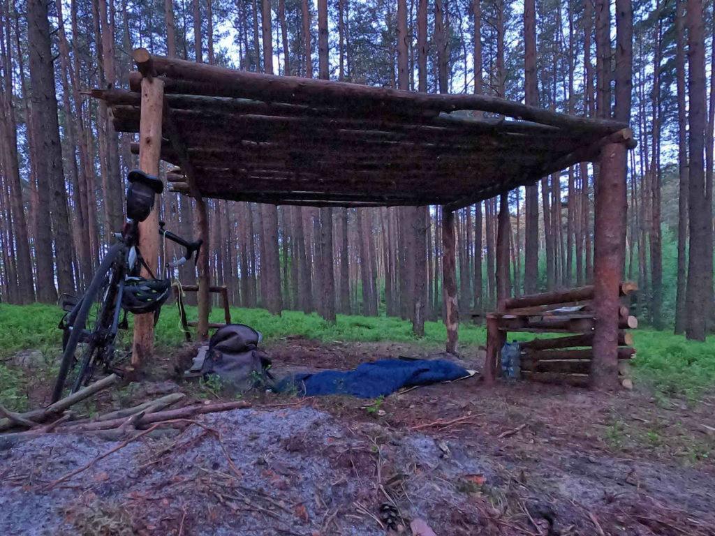 Nocleg pod wiatą w lesie