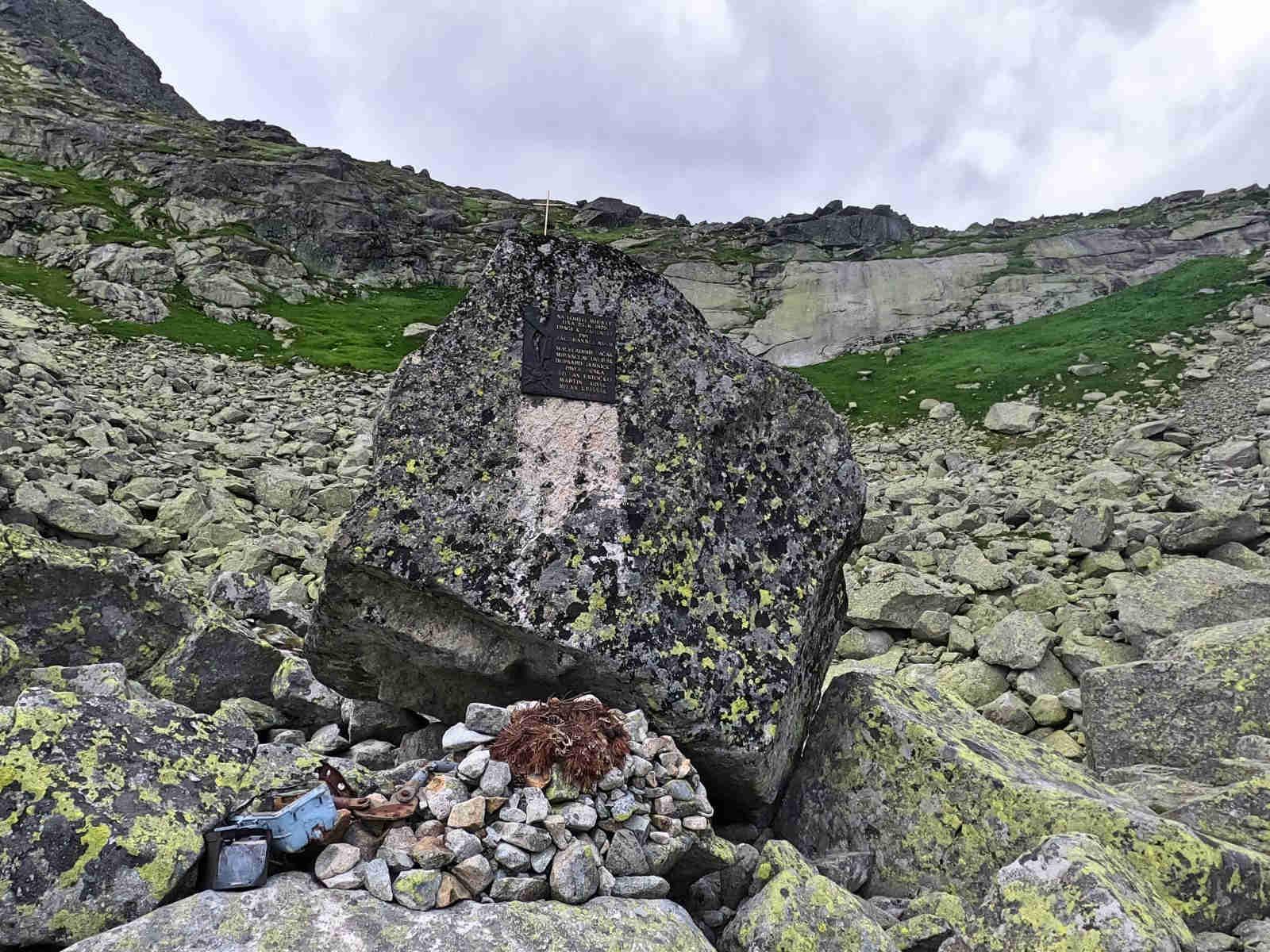 Dolina Młynicka, pomnik ofiar katastrofy śmigłowca
